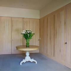 Casa Horizonte 9: Vestidores de estilo  de Mayúscula Arquitectos