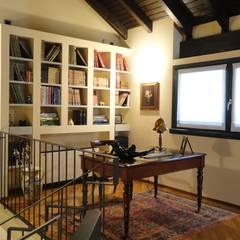 اتاق کار و درس توسطSTUDIO  SATTA, مدیترانه ای