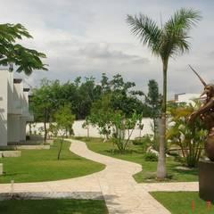 Bosques de Jiutepec: Jardines en la fachada de estilo  por D&E-ARQUITECTURA