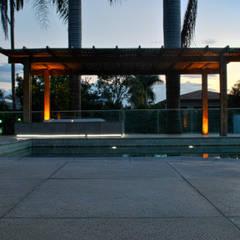 BORA | Casa BS: Garagens e edículas minimalistas por BORA Arquitetos Associados