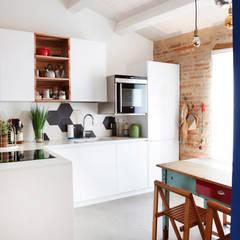 Casa Vitelli: Cucina in stile in stile Mediterraneo di Ossigeno Architettura