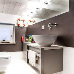Casa Vitelli: Bagno in stile  di Ossigeno Architettura