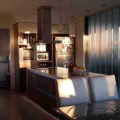 Casa en Los Lagos - Nordelta Cocinas modernas: Ideas, imágenes y decoración de Arquitectos Building M&CC - (Marcelo Rueda, Claudio Castiglia y Claudia Rueda) Moderno