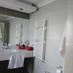 Casa en Los Alisos - Nordelta: Baños de estilo  por Arquitectos Building M&CC - (Marcelo Rueda, Claudio Castiglia y Claudia Rueda)