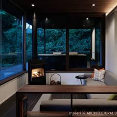 リビング夕景~037軽井沢 I さんの家: atelier137 ARCHITECTURAL DESIGN OFFICEが手掛けたリビングです。
