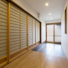Corridor & hallway by 株式会社 鳴尾工務店, Asian