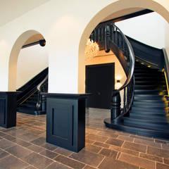 Wenteltrappen Renaissance:  Gang en hal door Van Bruchem Staircases & Interiors