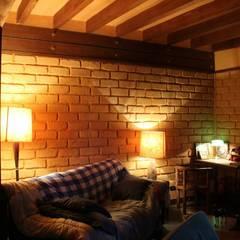 .: Salas de estilo rústico por escala urbana arquitectura s.a.s.