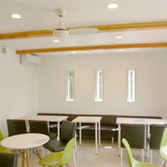 Salas de entretenimiento de estilo  por 竹田廉太郎建築設計室