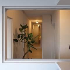 シェアHOUSE nid コロニアルスタイルの 玄関&廊下&階段 の おうちカンパニー コロニアル