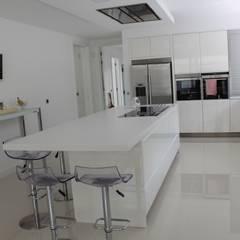 Kitchen by Miguel Ferreira Arquitectos, Modern