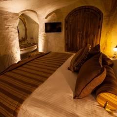 Kayakapi Premium Caves - Cappadocia – Emine Hanım evi Öncesi ve Sonrası:  tarz Yatak Odası, Rustik