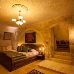 Kayakapi Premium Caves - Cappadocia – Kunduracı Mehmet evi Öncesi ve Sonrası:  tarz Yatak Odası, Rustik