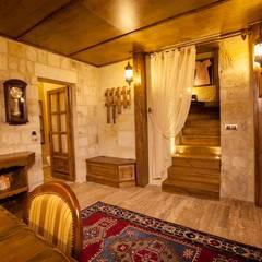 Kayakapi Premium Caves - Cappadocia – Kuşçular Konağı Öncesi Ve Sonrası: rustik tarz tarz Oturma Odası