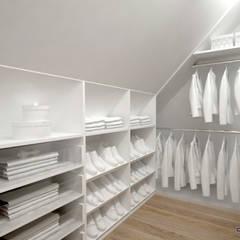 Projekt domu w Szwecji: styl , w kategorii Garderoba zaprojektowany przez Komplementi