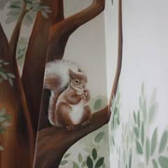 particolare scoiattolo: Stanza dei bambini in stile  di artivisibili