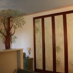 decorazione armadio: Spogliatoio in stile  di artivisibili