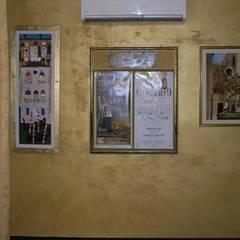 Ristrutturazione di un'appartamento a Venezia isola di S.Pietro di Castello.: Pareti in stile  di architetto marco calzavara