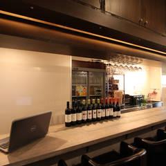 久米川駅駅前イタリアン: 株式会社ハウジングアーキテクト建築設計事務所が手掛けた壁です。,