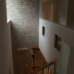 隨意取材風玄關、階梯與走廊 根據 一級建築士事務所ATELIER-LOCUS 隨意取材風 石器