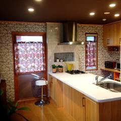 窓から見える美しい自然と調和した美活空間: HONEY HOUSEが手掛けたキッチンです。,クラシック 木 木目調