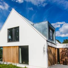Woning te Vreeland: moderne Huizen door ScanaBouw BV