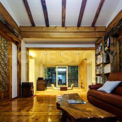 [경주 증축 전원주택 인테리어] 한옥과 증축된 ALC주택이 한 공간 안에서 조화롭게 공존하는 주거공간: (주)홈스토리의  실내 정원