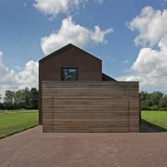 Houten garagedeur: landelijke Garage/schuur door BenW architecten