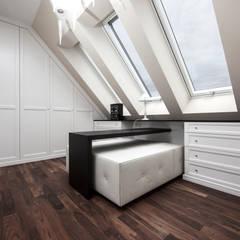 Dachgeschosswohnung:  Ankleidezimmer von Cordier Innenarchitektur