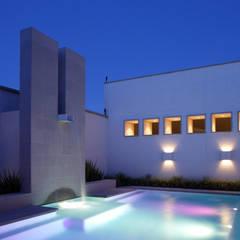 Casa Santa Clara: Albercas de estilo  por Pórtico