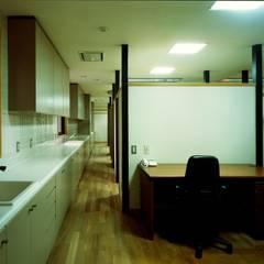 川崎の医院: 松井建築研究所が手掛けた壁です。,