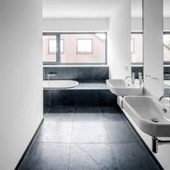 Wohnhaus Weiß:  Badezimmer von Corneille Uedingslohmann Architekten
