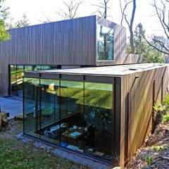 MAISON SUR LA CHEZINE: Maisons de style  par yann péron architecte