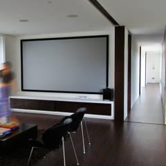 Casa H: Salas multimedia de estilo  por David Macias Arquitectura & Urbanismo, Minimalista