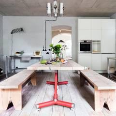 Kuchnia z dużym stołem jadalnym: styl , w kategorii Kuchnia zaprojektowany przez Loft Kolasiński