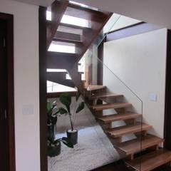 Casa Alto de Pinheiros: Corredores e halls de entrada  por Ana Donadio Arquitetura