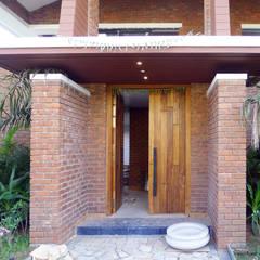 Brick House , Wardha , Nagpur, India:  Corridor & hallway by Mu design