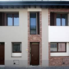 Cà dei Pòbiér: Finestre in stile  di NCe Architetto