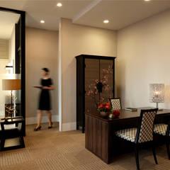 レセプション と裏動線: 澤山乃莉子 DESIGN & ASSOCIATES LTD.が手掛けたホテルです。
