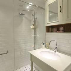 프로방스 느낌의 화이트톤 33평 인테리어: 홍예디자인의  욕실