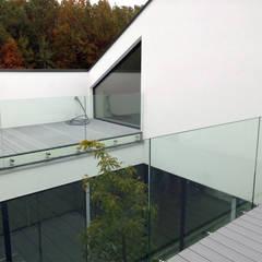 Dom z wycięciem w dachu: styl , w kategorii Taras zaprojektowany przez INOSTUDIO