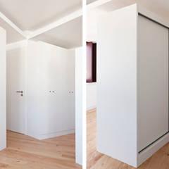 Estúdios São Victor - Reabilitação: Closets  por A2OFFICE,