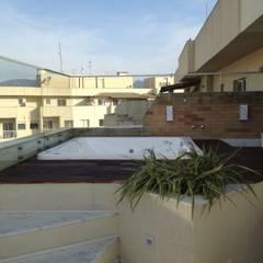 Deck da hidro-spa com ducha: Spas tropicais por Studio HG Arquitetura