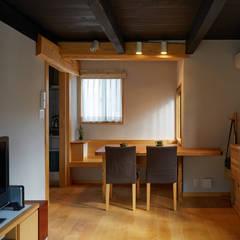 居間・食堂: 竹内建築設計事務所が手掛けたダイニングです。