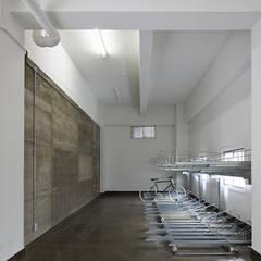 Jimukino-Ueda - ジムキノウエダ -: 株式会社アーキネット京都1級建築士事務所が手掛けたガレージです。