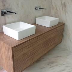 Projecto de Carpintarias - Moradia no Porto: Casas de banho  por Carpinteiros.pt,Moderno Derivados de madeira Transparente