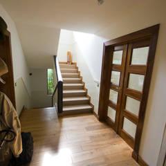 hall y escalera tapizada: Pasillos y vestíbulos de estilo  de TESTA studio