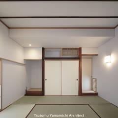 Salas multimedia de estilo  por 山道勉建築