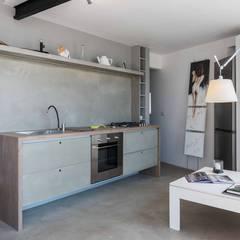 مطبخ تنفيذ architetto Lorella Casola, صناعي