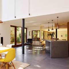 Richmond: Salle à manger de style  par Concrete LCDA